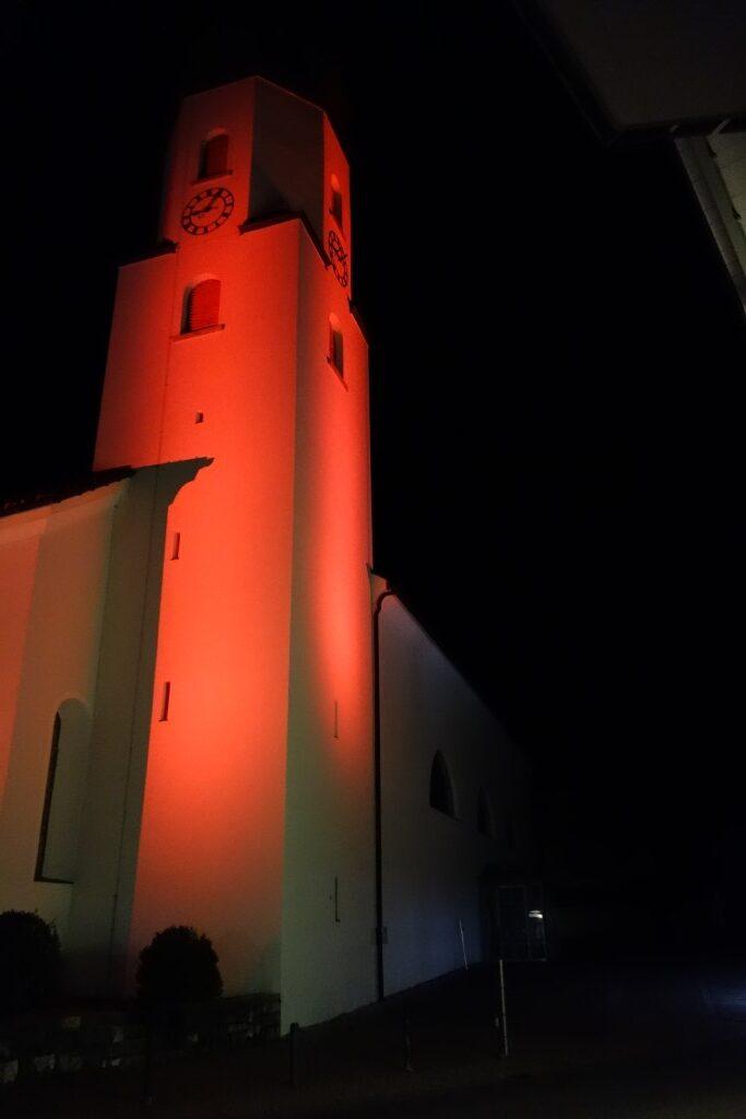 Kirchturm in Rot